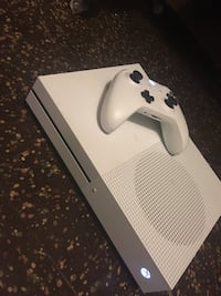 White xbox one console with controller Detroit, 48206