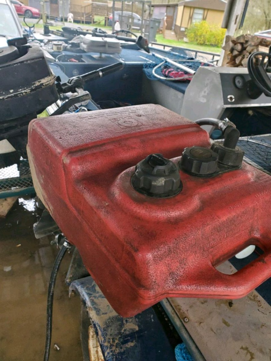 Photo 5 horse outboard runs good & 6 gallon fuel tank Boat NOT included