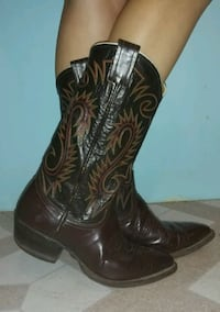 pair of black leather cowboy boots Size 6 1/2 Clinton, 47842