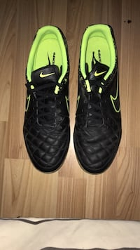 Black nike indoor soccer shoes  Ottawa, K4A 4E9