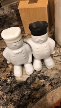 two white ceramic candle holders Brampton, L6V 1E8