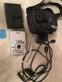 Sony cyber shot DSCW50 digital camera includes battery, charger, memory stick, case and cord Saco, 04072