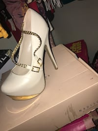 Pair of white leather pointed-toe pumps size 6.5 Raleigh, 27529