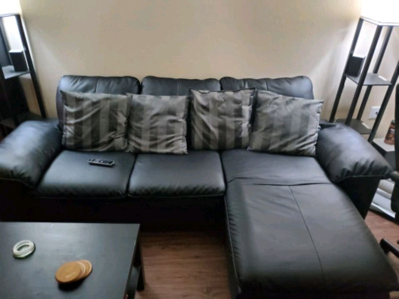 Black sectional couch 28c0431f-12ba-46fe-b2ce-f66810a931fc