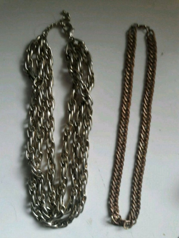 2 goldtone chain necklaces 53c1e2d5-d20a-4b40-bf5f-668e3a69c99f