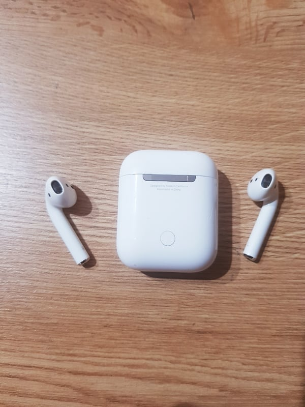 APPLE AIR PODS 5e3f21fc-df36-45ce-97ef-b9f340edd91e