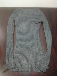 gray knitted long-sleeved shirt