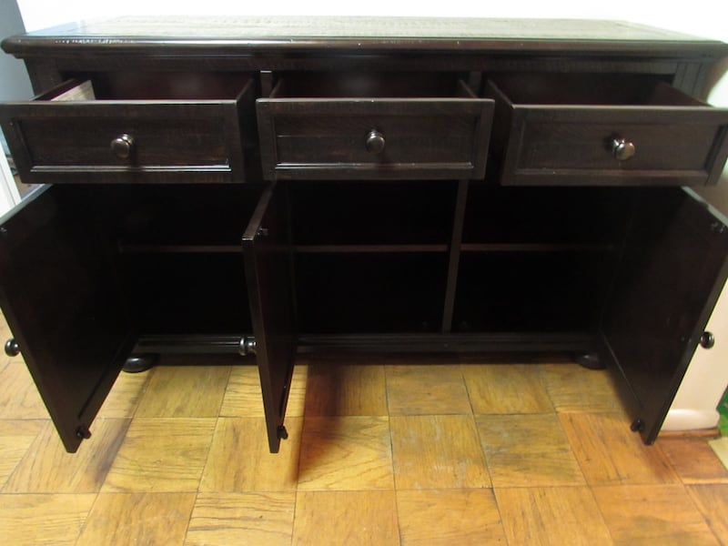 Ashley, solid wood server (almost new) 23e888fc-5876-48b0-9587-dcbc43afae2d