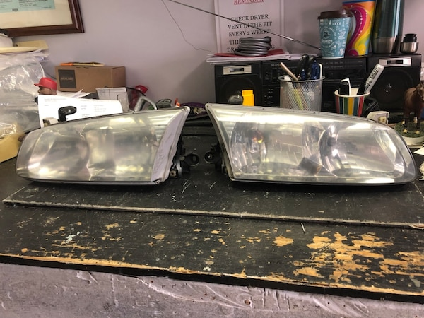 Pair of vehicle taillights for Toyota 99-02