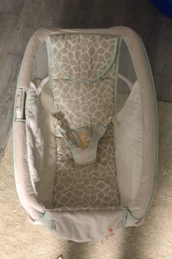 Rocking chair / bassinet a752efef-b16a-40ea-8e59-88d17def7a9c