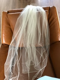 Off-white double tier wedding veil, silver trim elbow length. Purchased from lisa's bridal for $160, in excellent condition Surrey, V4N 0G5