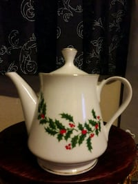 1986 TEAPOT & LID CHRISTMAS HOLLY (PORCELAIN)  BY ALL THE TRIMMINGS  Anaheim, 92804