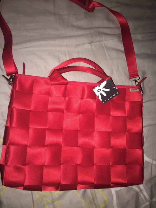 8d4fa4151321 Used red comely shoulder bag for sale in Puyallup - letgo