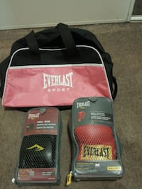 pair of black-and-red Everlast boxing gloves 3147 km