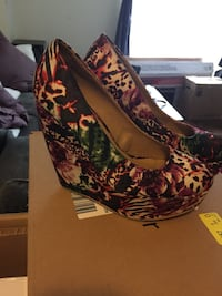 Multicolored floral wedge shoes