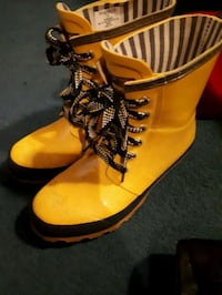 Yellow rain boots. Wind river size 9 Vancouver, V5K 2T2