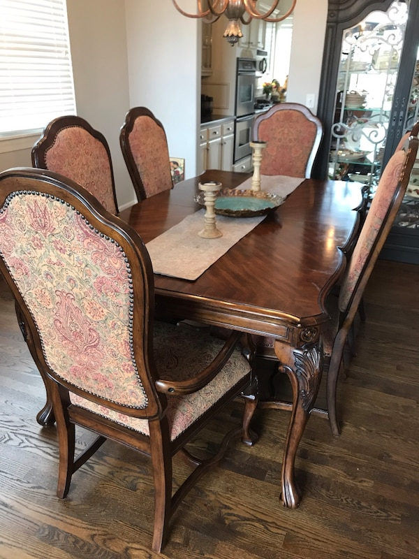 Dining Room Table And 8 Chairs Has A Custom Pad Two Leaves