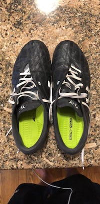 Under Armour soccer cleats - size  9.5