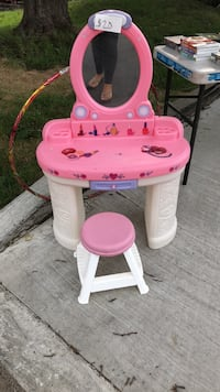 pink and white plastic vanity table Kirkland, H9H 3H8