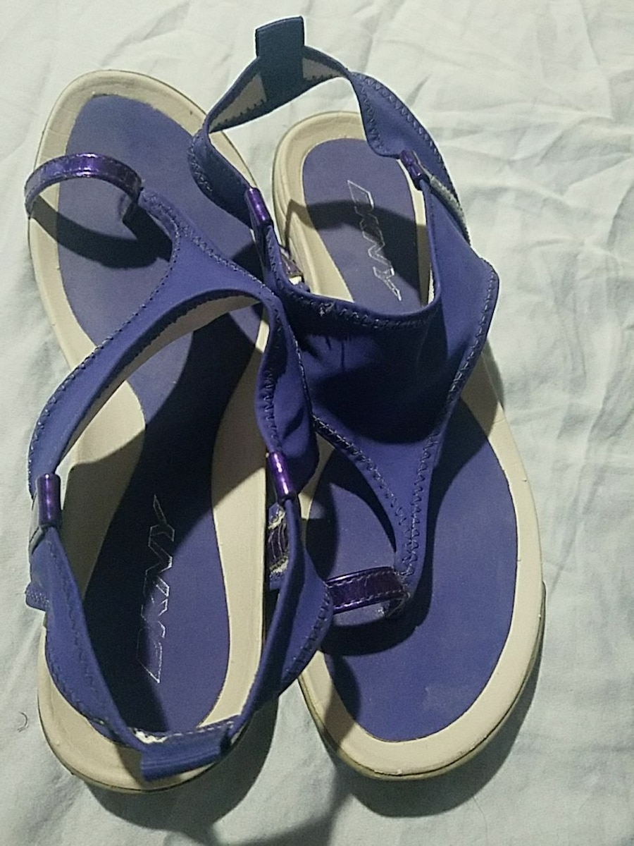 DKNY SIZE 7 WATERPROOF SANDALS