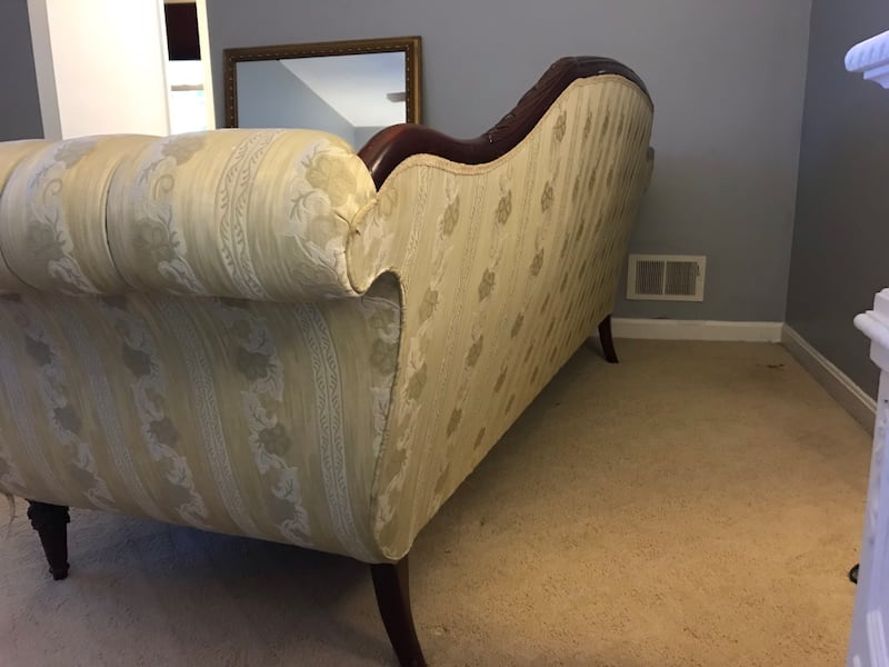 Victorian couch fd4aed59-dc4c-4169-a05c-29a4911ff1ef