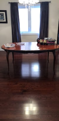 Dining room table & chairs  523 km