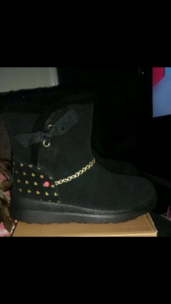 Uggs boots size 5 brand new! 858dbb98-6d34-41d5-8208-5af257173adf