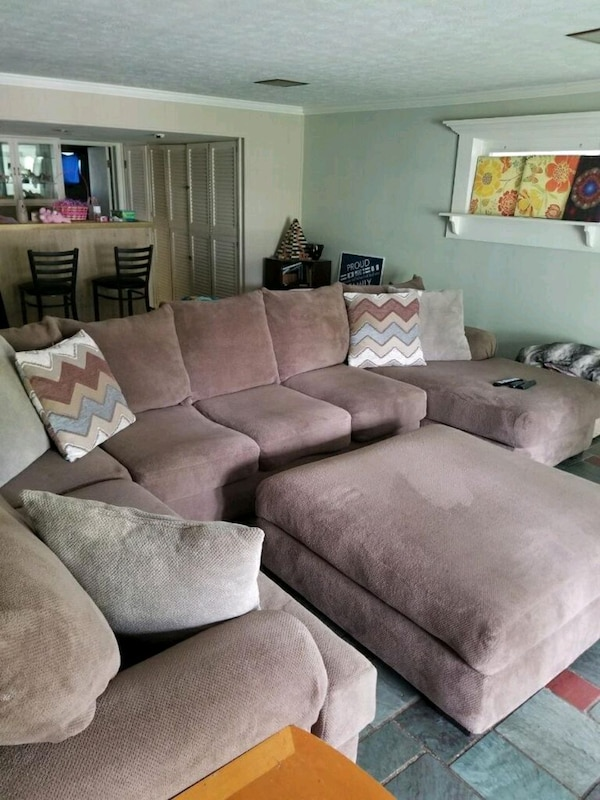 Miraculous Hhgregg Corinthian Wynn Sectional And Ottoman Evergreenethics Interior Chair Design Evergreenethicsorg