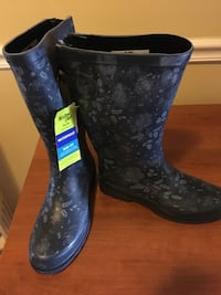 Rain boots size 8 New!