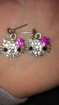 Silver and gold colored hello kitty dangle earrings Logan, 08085