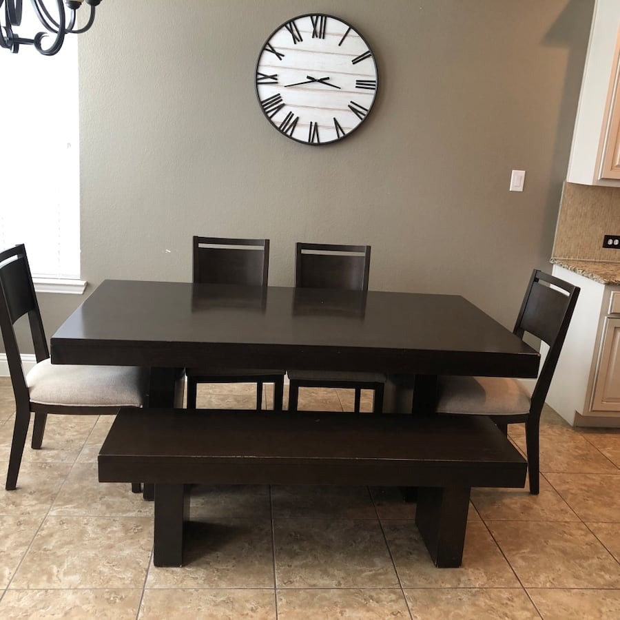 6 pc Dinning room set ( Table, 4 chairs, bench) d1ba74d3-1f6d-4e56-8883-3a9c52a9ae7c