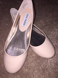 Pair of white leather pointed-toe heels Burnaby, V5H 1T9