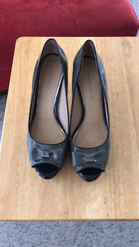 pair of black leather peep-toe heeled shoes Hunters Hollow, 40229