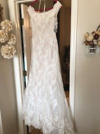 White lace floral scoop-neck sleeveless wedding gown