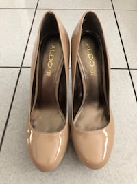 Pair of beige leather heeled shoes - size 9 Toronto, M3M 2R4