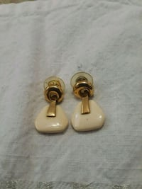 pair of white pearl earrings Hialeah, 33010