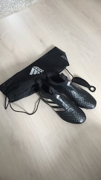 Sort-og-grå Adidas cleats med dragkasse Lillesand, 4790