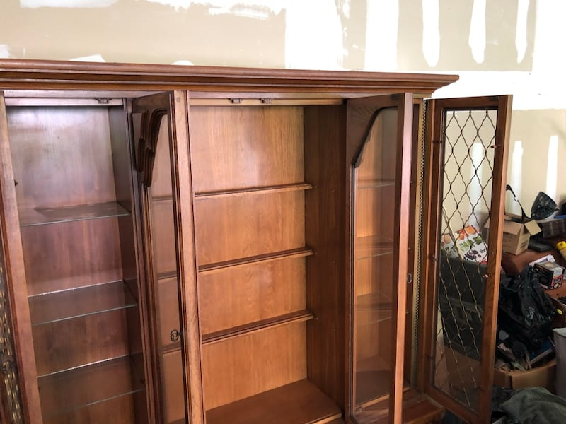 Antique China cabinet 00664f31-05bf-41a6-98c3-5fd428aec39b