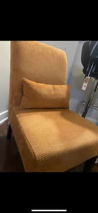 Cute loveseat, accent chair and barstools for you or maybe even fam :) Norfolk, 23510