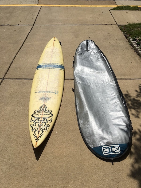 """Fiberglass 8'9"""" board with glasses-on fins and bag"""