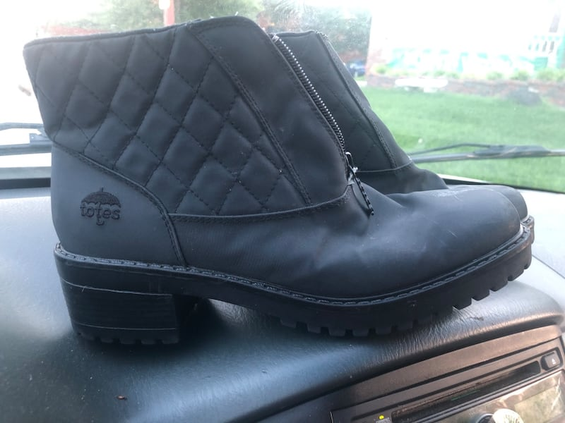 Womens totes snow boots size 8.5  30e08d51-4c11-432c-8936-519211b1339f