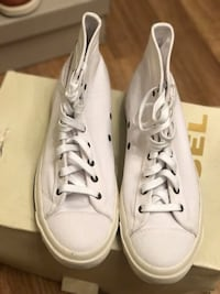 Paar weiße High Top Lace Up Sneakers