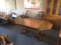 Table/hutch/6 chairs.  Table leaf can be taken out to seat 4 - beautiful condition Las Vegas, 89103