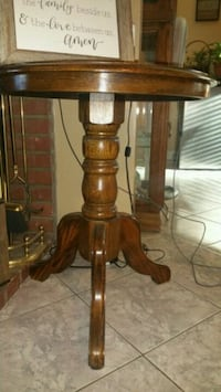 Round table excellent condition solid wood  La Verne, 91750