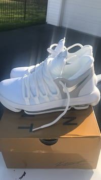 pair of white Nike high-top shoes with box Aurora, 60505