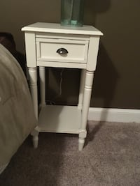 Set of 2 white night stands  Gaithersburg, 20878