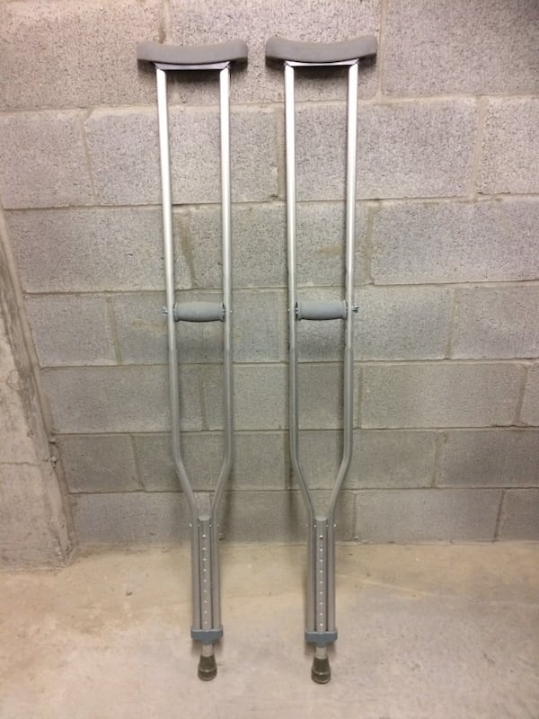 Pair of grey steel armpit crutches 8a89acc6-8952-40b4-a0ac-f07acbb63002