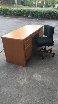 Brown oak desk with green rolling chair Sammamish, 98075