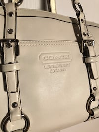 Coach leather shoulder bag.