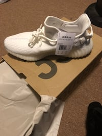 pair of white Adidas Yeezy Boost 350 with box Elmont, 11003